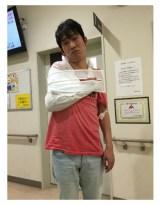 右腕骨折のまま生放送に出演したNON STYLEの石田明(写真は13日の本人ブログより)