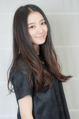 黒い服でほほ笑む高田里穂
