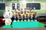 『マイナンバー制度ラッピング車両お披露目会』に登場したアイドルグループ・ALLOVERとマイナンバー制度PRキャラクターのマイナちゃん (C)oricon ME inc.
