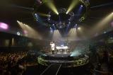 円形ステージで全22曲を熱演 Photo:濱谷幸江