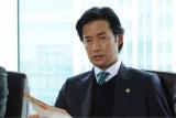 弁護士・咲坂健人を時にクールに、時に熱く、時にコミカルに演じる竹野内豊(C)テレビ朝日