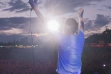 ブラーのドキュメンタリー映画『ブラー:ニュー・ワールド・タワーズ』が6月4日より上映決定(劇中のライブシーンより)