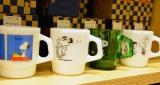 23日にオープンする『スヌーピーミュージアム』ミュージアムショップ「BROWN'S STORE」ファイヤーキングマグ(税別各4500円)(C)Peanuts (C)oricon ME inc.