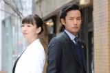 テレビ朝日系ドラマ『グッドパートナー 無敵の弁護士』初回12.9%。竹野内豊と松雪泰子は同じ法律事務所の弁護士で、元夫婦という設定(C)テレビ朝日