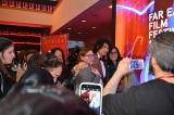 上映後にロビーでファンに囲まれる斎藤工