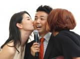 (左から)橋本マナミ&LiLiCoからのキスにとろける綾部祐二=GILTスペシャルイベント『FASHIONNOVATION』(C)ORICON NewS inc.