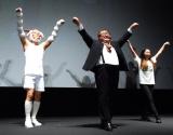 主題歌「トライ・エブリシング」に合わせたダンスを観客にレクチャー(左から)サバンナ・八木真澄、芋洗坂係長=ディズニー長編アニメーション『ズートピア』舞台あいさつ付き上映会