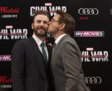 クリス・エヴァンス(左)の頬にキスするロバート・ダウニー・Jr(C)2016 Marvel.