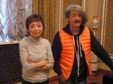 『チェルノブイリ博物館折り鶴交換式典』で「鳥の歌」を披露した(左から)クミコ、井上鑑氏