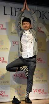 『ヨガジャーナル presents Yoga People Award 2016』授賞式に出席し、「木のポーズ」を披露した児嶋一哉 (C)ORICON NewS inc.