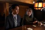 TBS系ドラマ『重版出来!』第5話(5月10日)より。青年期の久慈(左/平埜生成)に助言する作家(右/安齋肇)(C)TBS