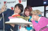 自撮りをする(左から)千原ジュニア、オクヒラテツコ、りゅうちぇる (C)ORICON NewS inc.