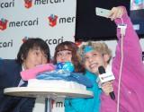 自撮りをする(左から)千原ジュニア、オクヒラテツコ、りゅうちぇる=『メルカリ』年末大掃除イベント (C)ORICON NewS inc.