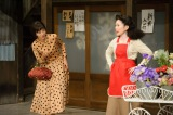 EGO-WRAPPINの中納良恵(右)が笠置シヅ子役で出演。「買物ブギ」の歌唱も披露する(C)NHK