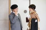 NHK総合で4月30日スタート『トットてれび』第1回より。NHK文芸部のプロデューサー・大岡龍男(武田鉄矢)は失敗を繰り返す徹子を励まし続ける(C)NHK