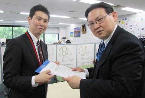 資料を受け取る経産省の大西啓仁氏(右) (C)oricon ME inc.