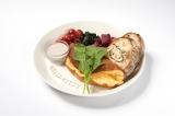 『ハローキティが厳選した卵のフワフワスフレオムレツプレート〜白トリュフ風味のタプナードソース〜』