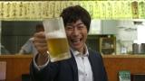 『昼のセント酒』第9話(6月4日放送)より。ビールをうまそうに飲み干す戸次重幸(C)テレビ東京