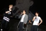 ソナーポケットと熱唱後かつらを外して笑いをとったトレンディエンジェル斎藤(中央) Photo by M.キセキ