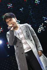 フサフサのかつらをつけて「ONE-SIDED LOVE」を歌唱するトレエン斎藤