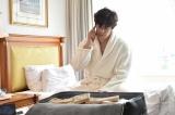 カンテレ・フジテレビ系ドラマ『僕のヤバイ妻』第6話。スタンガンで真理亜を気絶させ、身代金2億円を奪った幸平(伊藤英明)だが、ホテルで足止めされ…(C)カンテレ