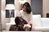 カンテレ・フジテレビ系ドラマ『僕のヤバイ妻』第6話(5月24日放送)、気絶させられた真理亜が夜中にソファで目が覚ますと、毛布が一枚かけられていて…(C)カンテレ