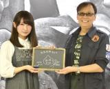 (左から)黒板アートを手がけた画家・れなれな氏、ゲームデザイナーの堀井雄二氏 (C)ORICON NewS inc.