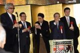 中村橋之助ら父子4人の同時襲名を祝う会で乾杯の音頭をとる山田洋次監督(左)