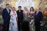 米ロサンゼルスで開催された映画『アリス・イン・ワンダーランド/時間の旅』(7月1日公開)USプレミアの模様(左から)サシャ・バロン・コーエン、P!NK、ジョニー・デップ、ミア・ワシコウスカ、アン・ハサウェイ、マット・ルーカス