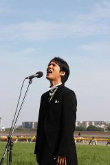 「日本ダービー」レース直前に国歌独唱した桐谷健太