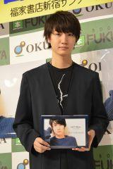 『桜田通 2016.4→2017.3 NOT REALカレンダー』発売記念握手会の模様 (C)ORICON NewS inc.