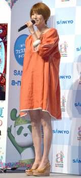 オレンジ色のワンピースで第3子妊娠発表後初めて公の場に登場したhitomi (C)ORICON NewS inc.