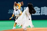 96キロの速球を投げ込んだ貞子 (C)2016「貞子vs伽椰子」製作委員会