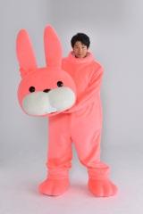 日本テレビ系4月スタートの土曜ドラマ『お迎えデス。』に「うさぎの着ぐるみを着た死神」役で出演する鈴木亮平(C)日本テレビ