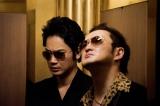 映画『日本で一番悪い奴ら』に出演する(左から)綾野剛、中村獅童 (C)2016「日本で一番悪い奴ら」製作委員会