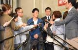 多くの報道陣に囲まれた会見の模様 (C)ORICON NewS inc.
