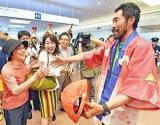 羽田空港の到着ロビーで出迎えた母浜津カズ子さんに駆け寄るなすびさん(右)=11日午後