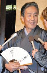 談志さんのサインが入った扇子を持ちエピソードを語った中村勘三郎 (C)ORICON DD inc.