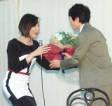 花束ゲストのミッツ・マングローブ(左)
