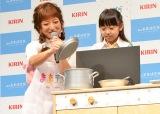 KDDI「au 未来研究所」とキリンのコラボレーションで誕生した、次世代型ままごとキット『ままデジ』発表会にゲスト出演した辻希美(左)と子役のかのんちゃん (C)oricon ME inc.