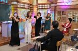 MAXのメンバーとパラパラを踊る米倉涼子(C)テレビ朝日