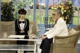 NHKのドラマ『トットてれび』最終回(6月18日放送)『徹子の部屋』25周年に再度出演する森繁久彌(吉田鋼太郎)(C)NHK