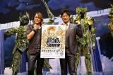 歌手のNoB(左) と俳優の細川茂樹が『聖闘士星矢』30周年を祝福