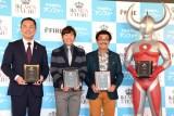 『イクメン オブ ザ イヤー 2015』を受賞した鈴木英敬三重県知事、織田信成、具志堅用高