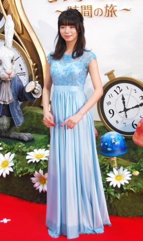 ブルーのドレスの池田エライザ