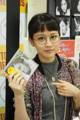 自身のアルバムを手にする前田敦子