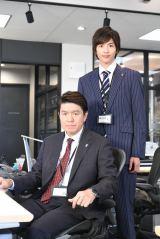 7月17日スタートの日本テレビ系日曜ドラマ『そして、誰もいなくなった』(毎週日曜 後10:30)で10年ぶりに連ドラ出演を果たすヒロミ(左)と志尊淳 (C)日本テレビ