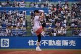 6月25日、東京ヤクルトスワローズ×中日ドラゴンズ戦で始球式を行った剛力彩芽。この後、大暴投で「50点!」 (C)ORICON NewS inc.