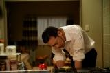 生瀬勝久演じる料理好きなヤクザの組長・柳刃竜一の料理シーン。オイルサーディンの缶詰は直火にかけても大丈夫(C)テレビ東京