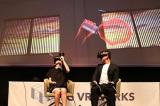 VR空間でジュースを飲む (左から)椎木里佳、 前園真聖